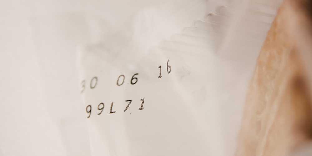 Applicazione di un tampone inchiostrato per la codifica industriale